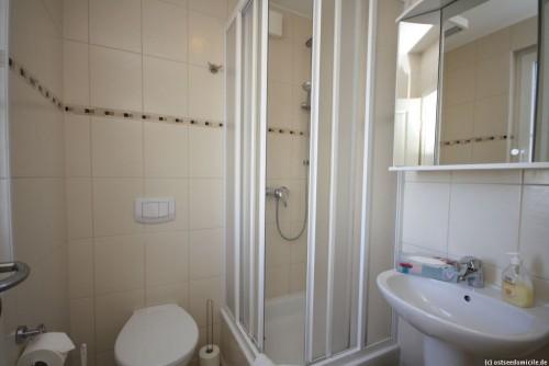 Badezimmer I (Erdgeschoss) – Ferienhaus Sonnenwiese