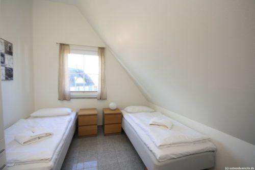 Schlafzimmer 4 (Obergeschoss) - Ferienhaus Königshörn