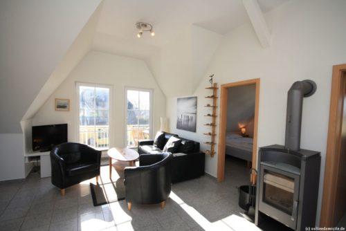 Wohnbereich mit offener Küche (Obergeschoss) - Ferienhaus Königshörn